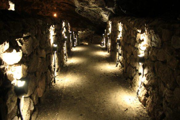 Kırıkkale Valisi Yunus Sezer'in girişimleri sonucu restorasyonu Kültür ve Turizm Bakanlığı tarafından yapılan Sulu Mağaraya turistler ilgi gösteriyor.