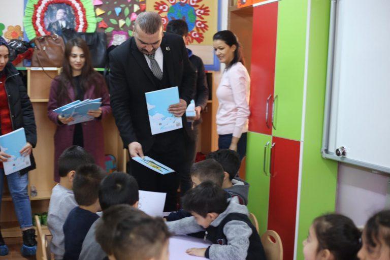 Ülkü Ocakları Öğrencilere Boyama Kitabı Dağıttı