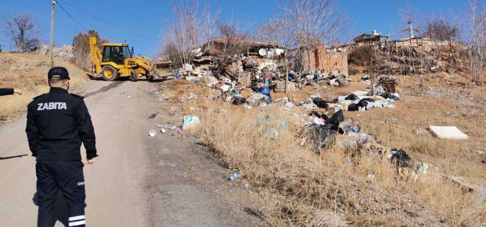 Mahalleli Şikayet Etti, Evden 1 Kamyon Çöp Çıktı