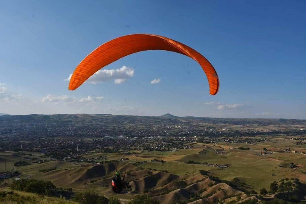 Kırıkkale Valisi Yunus Sezer, Kırıkkale'de bir ilke daha imza attı. Geçtiğimiz aylarda Tarihi Çeşnigir Köprüsünü turizme kazandırmak amacıyla bölgeye bir seyir terası yaptıran Sezer, aynı bölgede yamaç paraşütü ve balon turları düzenleneceğini duyurdu.