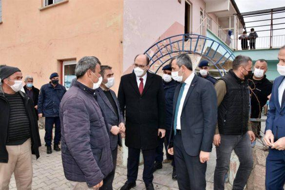 Köy ziyaretleri kapsamında Yahşihan ilçesine bağlı Kılıçlar köyüne giderek vatandaşlarımızla buluşan Kırıkkale Valisi Yunus Sezer, sorun ve taleplerini dinledi.
